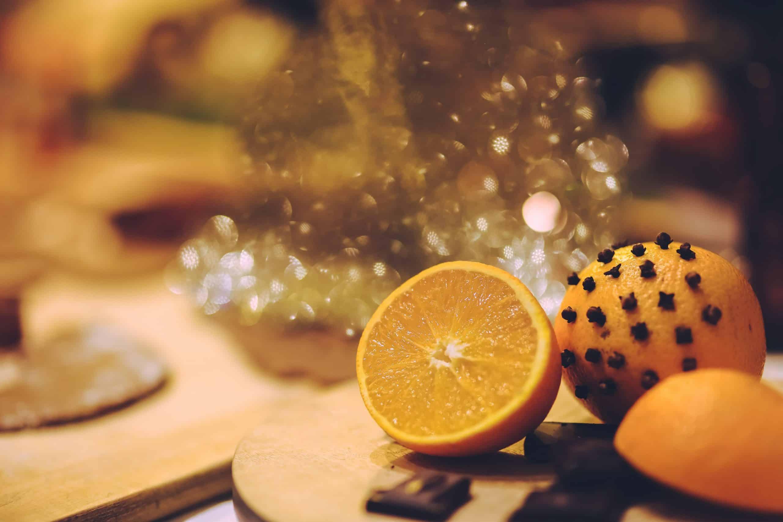 Orange piquée de clous de girofle pour éloigner les moustiques